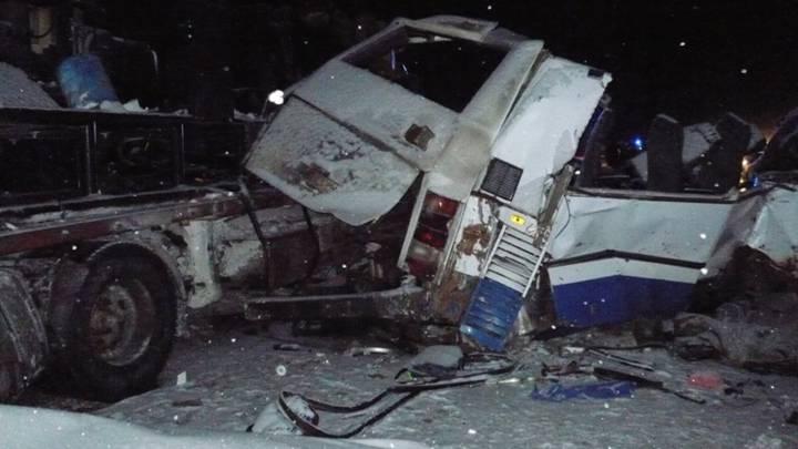 Imagen de los restos del autobús siniestrado en Rusia el pasado domingo en las cercanías de Khanty-Mansiysk. 10 jóvenes gimnastas y 2 de sus entrenadores fallecieron en el accidente.