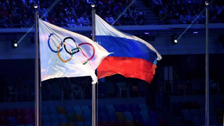 La bandera olímpica y la bandera de Rusia ondean durante la ceremonia de clausura de los Juegos Olímpicos de Invierno de Sochi 2014.