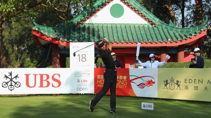 Rafa Cabrera Bello golpea en el hoyo 18 durante la primera jornada del  UBS Hong Kong Open.