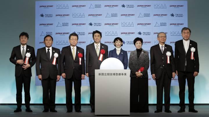 Shinzo Abe posa con Tamayo Marukawa, Yuriko Koike y Kengo Kuma durante la presentación del nuevo Estadio Nacional de Tokio, construido para albergar los Juegos Olímpicos de Tokio 2020.
