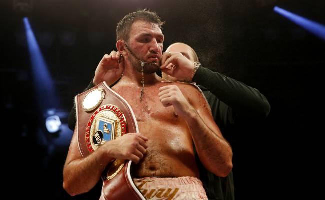 Tyson Fury coloca un rosario a su primer tras la victoria de éste por el cinturón Intercontinental de la WBO.