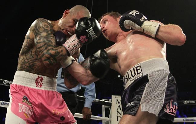 Cotto (calzón rosa) y Canelo (calzón negro) intercambian golpes durante su combate en noviembre de 2015.
