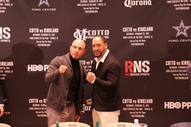 Miguel Ángel Cotto (izquierda) y James Kirkland (derecha) posan tras la rueda de prensa previa a su combate el 25 de febrero.