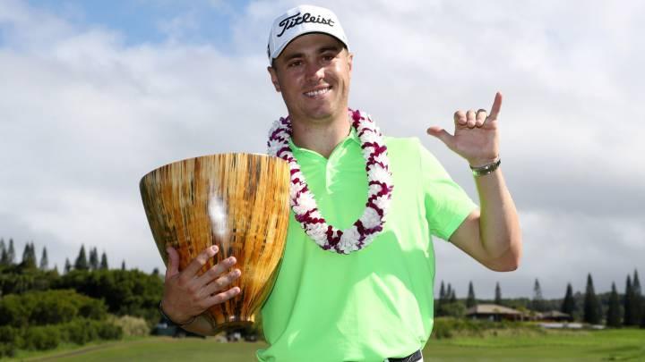 Justin Thomas posa con el trofeo del Torneo de Campeones celebrado en Hawai.