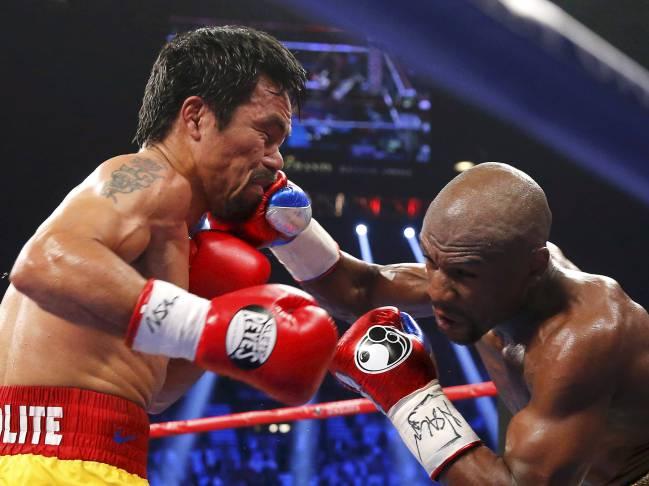 Floyd Mayweather golpea en el rostro a Manny Pacquiao durante su combate el 2 de mayo de 2015.