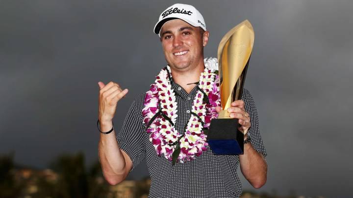 Justin Thomas celebra su histórica victoria en el Sony Open, donde batió el récord de puntuación en una prueba del circuito PGA.