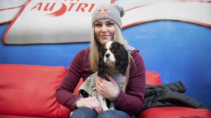 La estadounidense Lindsey Vonn, posa con su perro durante la rueda de prensa con motivo de su participación en la Copa del Mundo femenina de Altenmarkt-Zauchensee (Austria).