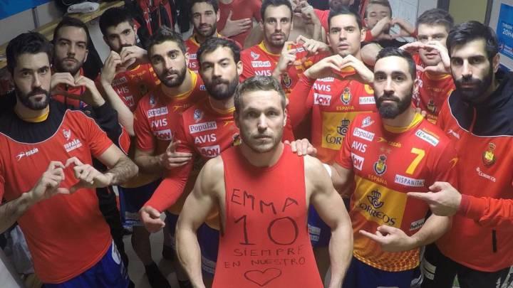 Los Hispanos de la selección española de balonmano posan para dedicar su victoria ante Macedonia en el Mundial de Balonmano a la jugadora Emma García Curto, fallecida tras ser arrollada en un accidente de tráfico.