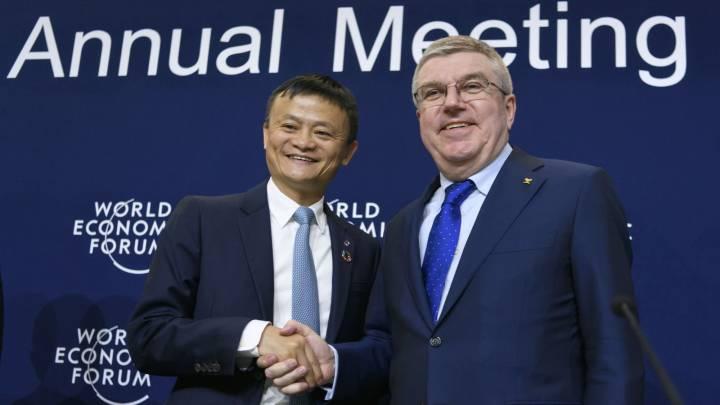 El fundador y director ejecutivo de Alibaba, Jack Ma, estrecha la mano con el presidente del Comité Olímpico Internacional, Thomas Bach, tras la firma del acuerdo de patrocinio en el Foro de Davos.