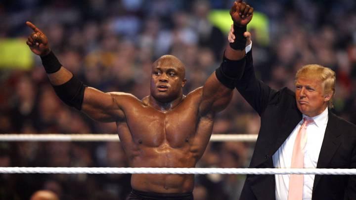 Donald Trump celebra su victoria sobre Vince McMahon junto al luchador Bobby Lashley en el WrestleMania 23 de la WWE en 2007.
