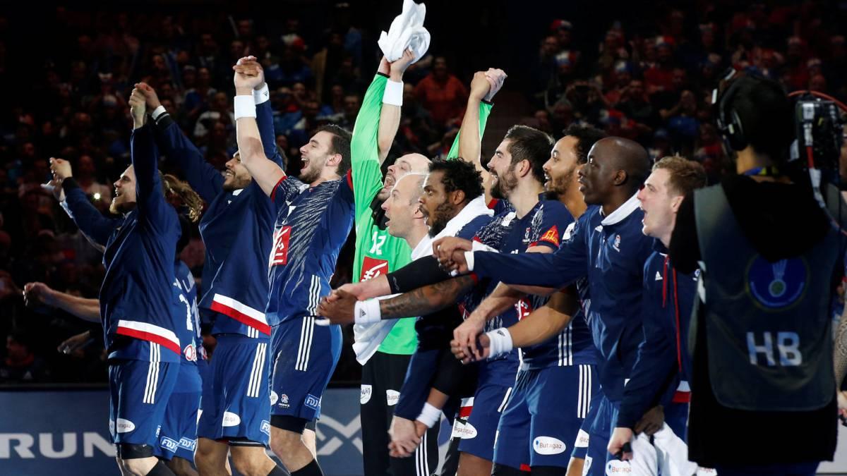 Los jugadores de la selección francesa de balonmano celebran con la afición su victoria ante Suecia en el encuentro de cuartos de final del Mundial de Balonmano disputado en el Estadio Pierre-Mauroy de Lille.