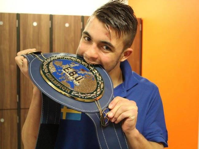Anthony Yigit festeja la consecución de su cinturón tras el combate ante Lenny Daws.