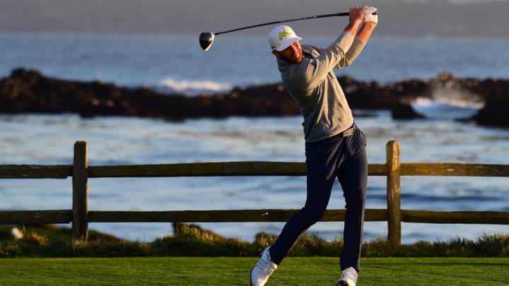 Dustin Johnson golpea la bola durante el AT&T Pebble Beach Pro-Am at Pebble Beach Golf.
