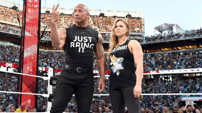 """Dwayne Johnson """"The Rock"""" y Ronda Rousey formaron pareja para medirse a Stephanie McMahon en el Wrestlemania 31."""