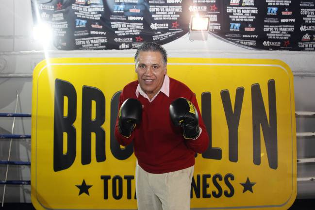 Alfredo Evangelista posa tras recibir un homenaje de la WBC