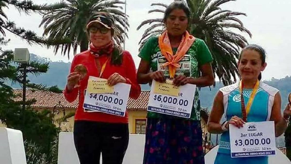 Mujer tarahumara gana ultramaratón en Puebla; corrió sin equipo deportivo