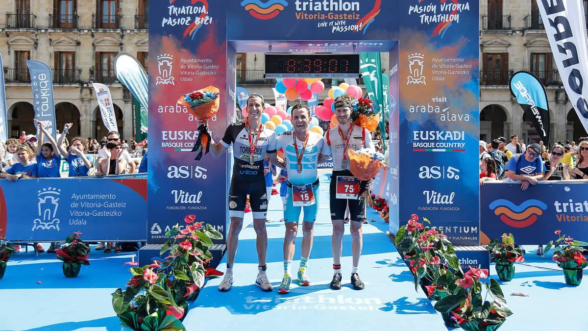565df4b623a9d Santamaría y Skevin  campeones del Triatlón de Vitoria - AS.com