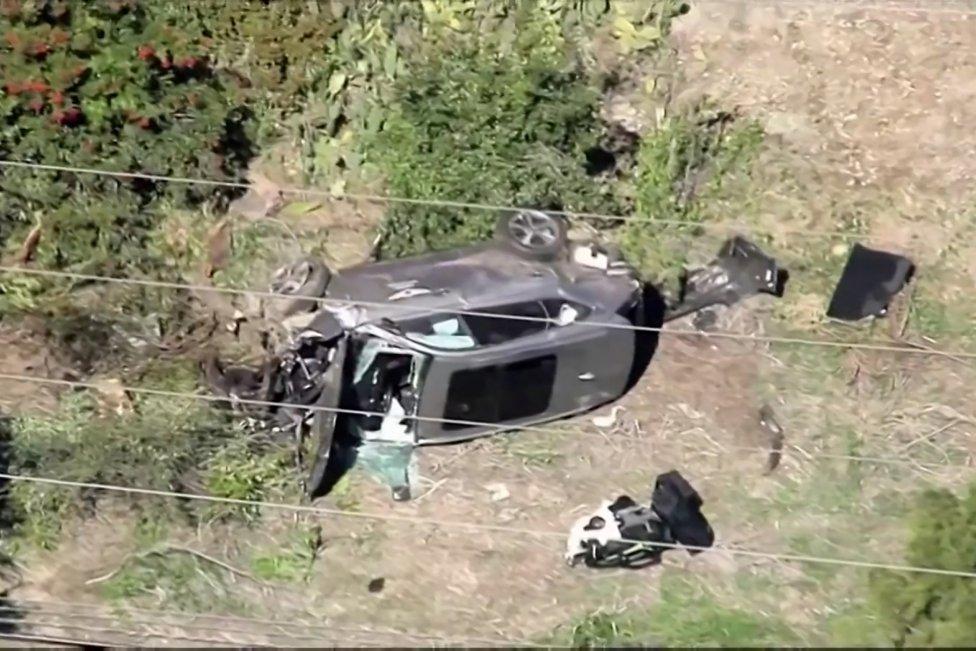 El  automóvil de Tiger Woods tras el accidente de tráfico en el suroeste de Los Ángeles, California (EE.UU).