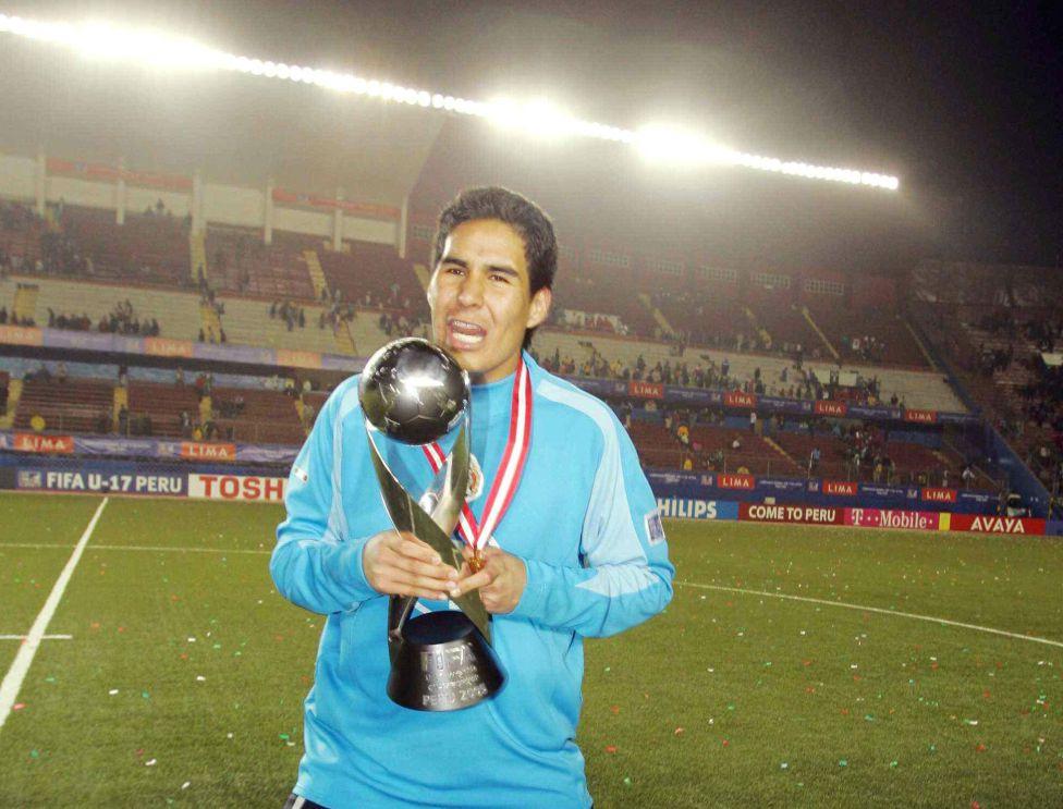 Sergio Arias con el trofeo de campeón en Perú