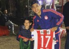 Alan Pulido se encontró a niño mexicano y le regaló su jersey