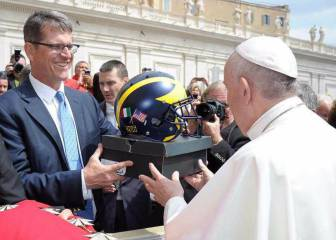 Jim Harbaugh le regala al Papa un casco y unas zapatillas