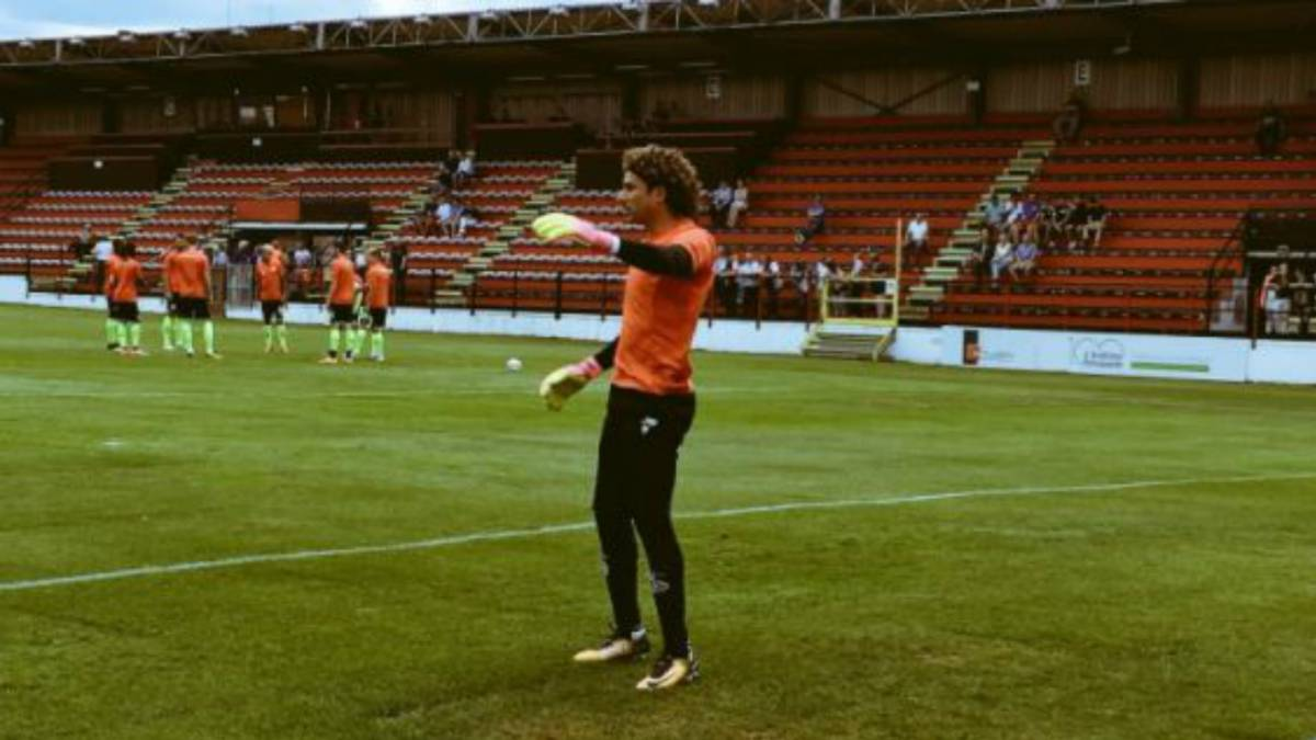 Guillermo Ochoa recibe su primer gol con el Standard Liège