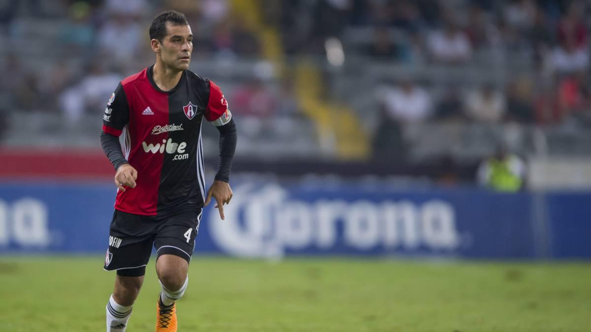 Carlos Salcido defiende a Rafael Márquez