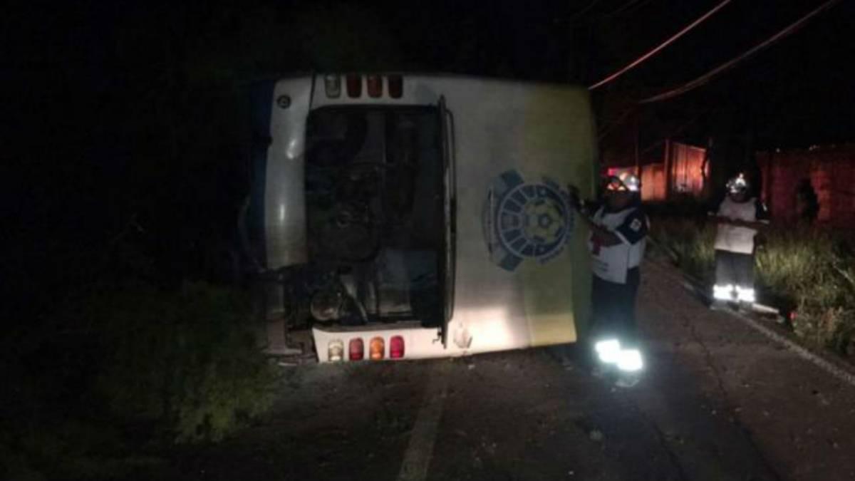 Vuelca camión de equipo de futbol en Michoacán