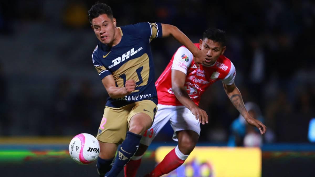 León golea a Pumas en duelo de chilenos