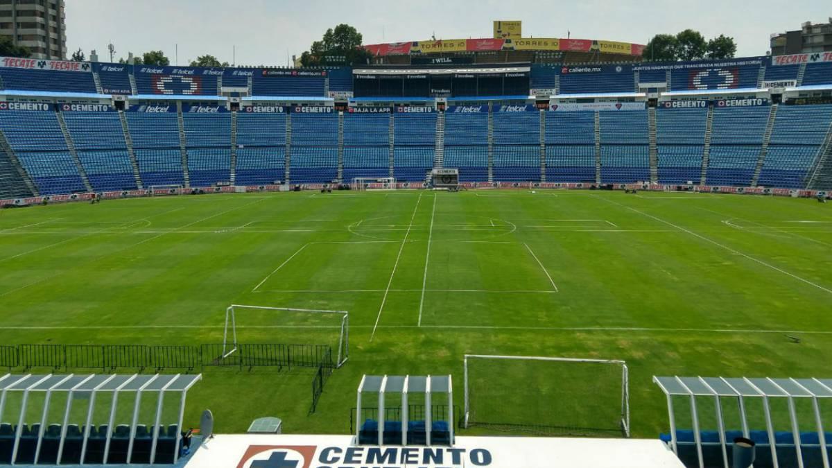 Cancha del estadio Azul aún tiene césped; ¡las redes mintieron!