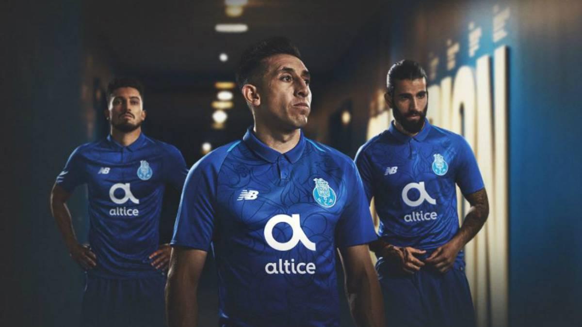 Herrera presenta el nuevo uniforme y se quedaría en el Porto - AS México 514ff66616147