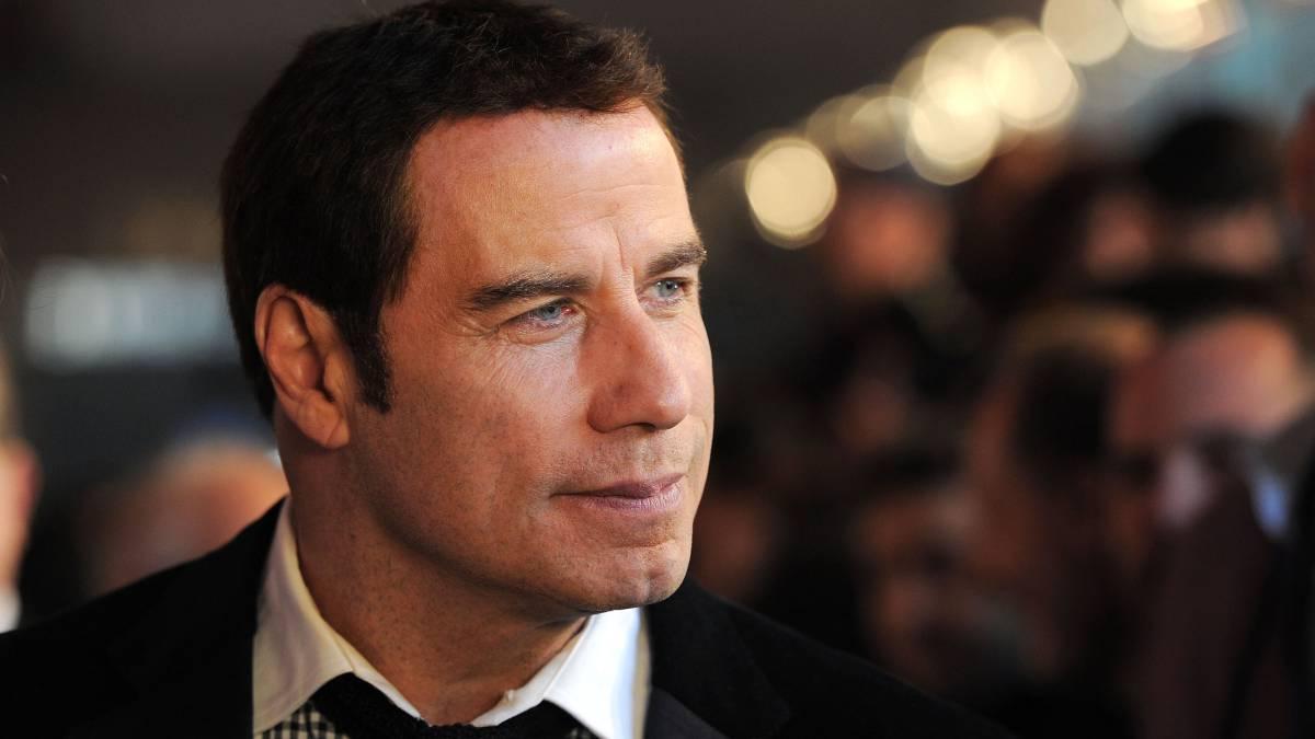 John Travolta sorprende con nuevo look