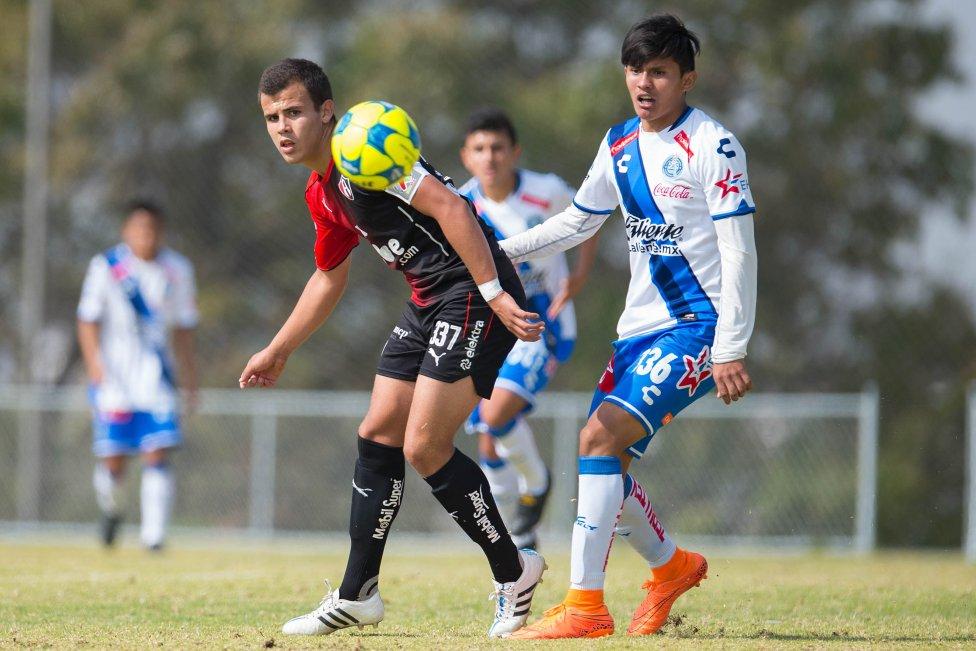 Futbolistas que aún pueden jugar con México o Estados Unidos