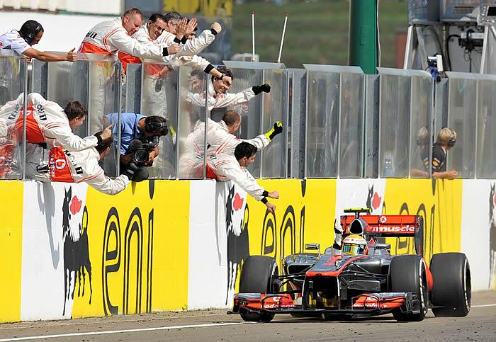 Alonso se salva en el recital de Hamilton
