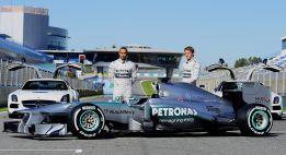 Mercedes luce su nueva espada en el debut de Lewis Hamilton