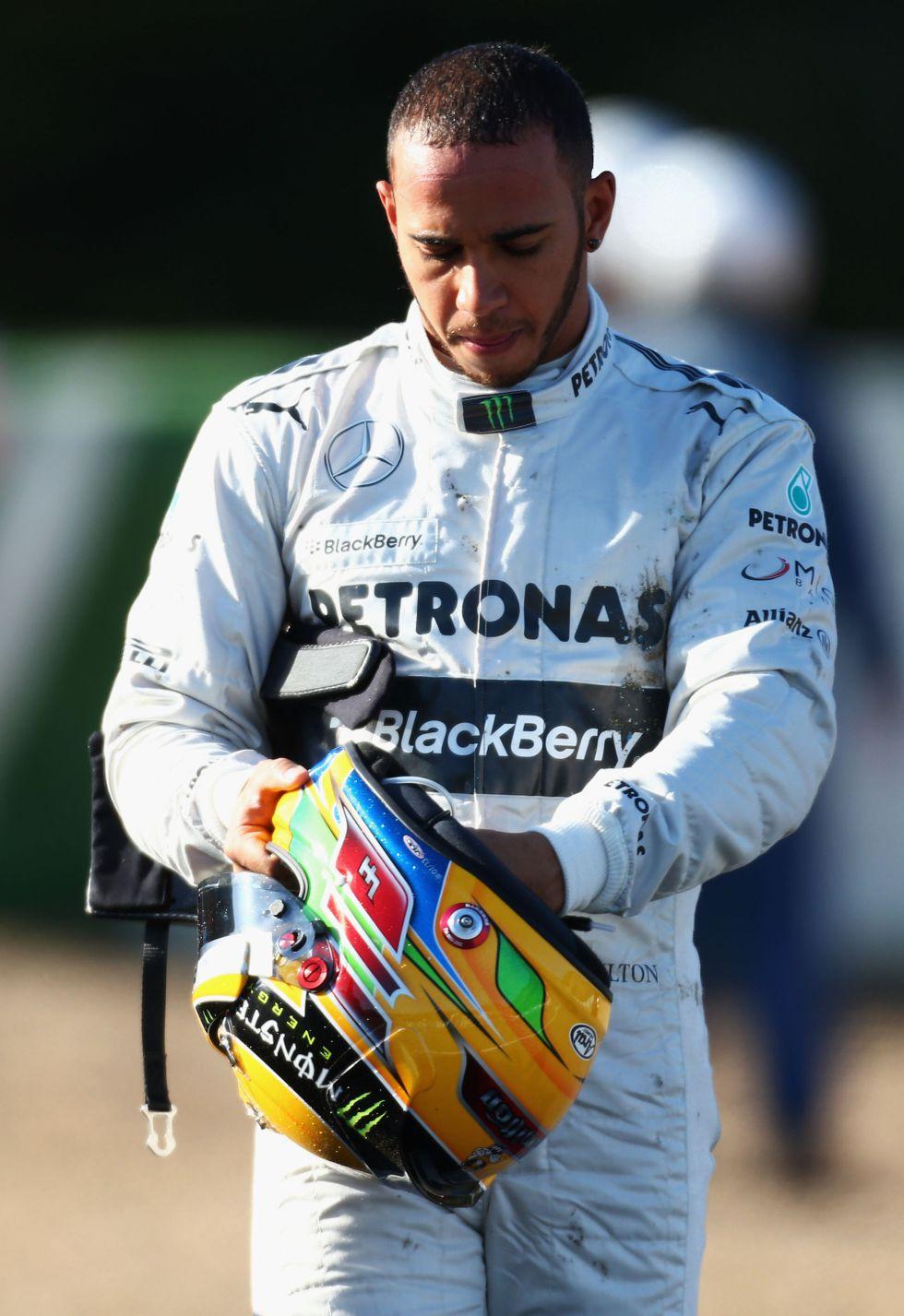 """Hamilton debutó estrellando su Mercedes: """"Estas cosas pasan"""""""