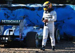 Hamilton se queda sin frenos en su debut con el Mercedes