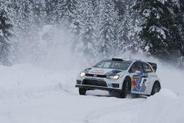 Ogier (Volkswagen) se escapa de Loeb, Latvala y Ostberg
