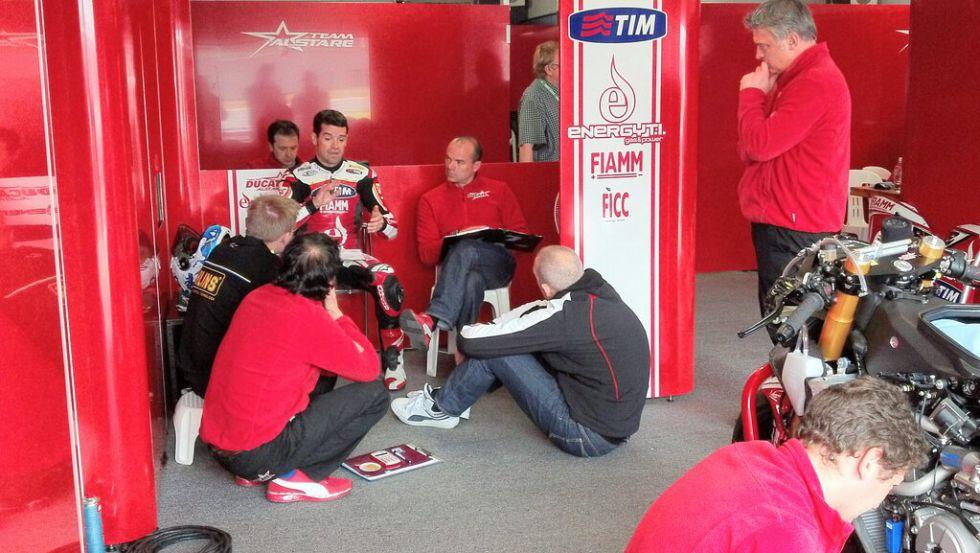 """Carlos Checa: """"Todavía tengo que domar la Ducati Panigale"""""""