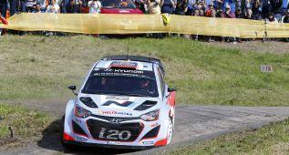 Ogier y Latvala se escapan y Sordo lucha por el podio