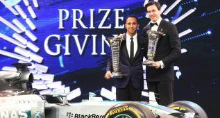 Hamilton y Mercedes reciben sus trofeos de campeones