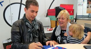 Jorge Lorenzo visita a los niños del hospital Sant Joan de Déu