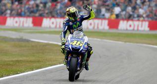 Rossi gana a Márquez un duelo al límite en la última curva