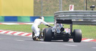 Mientras Alonso empuja su coche, otra pole para Hamilton