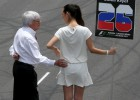 Bernie Ecclestone y las personas que tocan