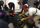 Carlos Sainz, mecánico por un día y ayudando en el 'pit stop'