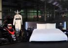 Dormir entre el MP4/31 de Alonso y el MP4/4 de Senna