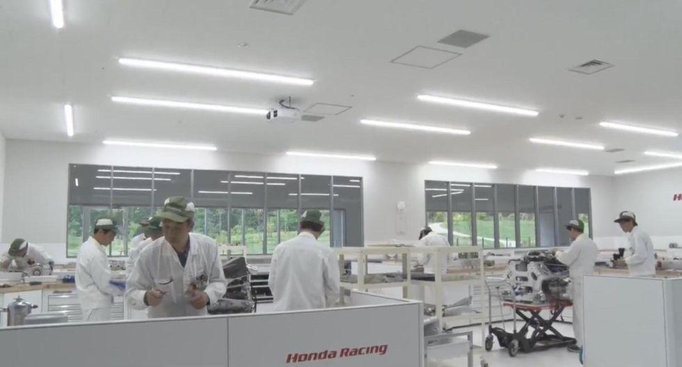 Trabajadores en la fábrica de Honda en Sakura preparando el motor del McLaren de Alonso