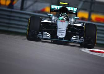 Manda Mercedes con Sainz y Alonso cerca del Top 10