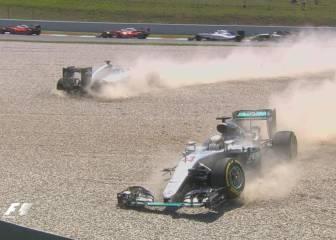 Hamilton y Rosberg chocan y los Mercedes fuera de carrera